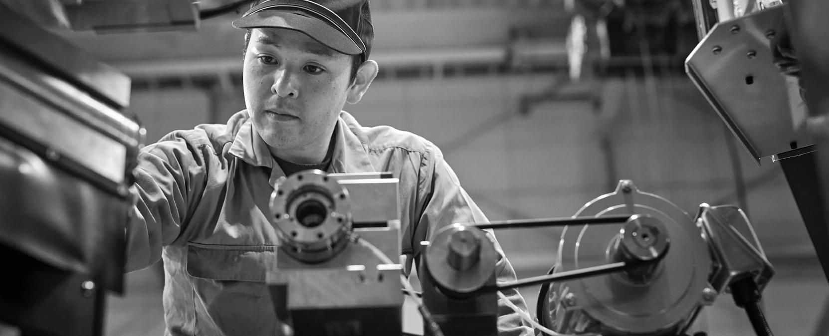 機械作業中の従業員の写真