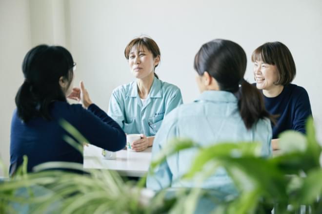 談笑している女性従業員の写真
